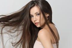 女孩振翼的头发在风的 免版税库存照片