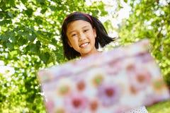 女孩捐赠生日礼物 免版税库存照片