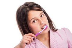 女孩掠过的牙。 免版税库存图片