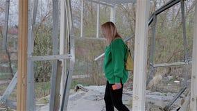 女孩探索一个老被放弃的大厦 她去一个被放弃的地方寻找某事 股票视频