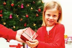 女孩接受圣诞节礼物 免版税库存照片