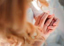 女孩接触在她的手指的一只金戒指 库存照片