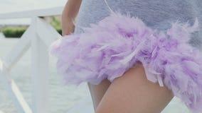 女孩接触在礼服的羽毛 股票录像