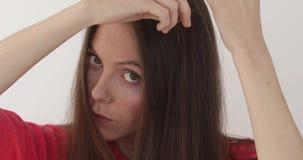 女孩接触她的头发 股票录像