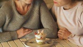 女孩推后点心,减少减肥的,在饮食的朋友支持卡路里 股票视频