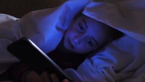 女孩掩藏了在毯子下从什么她在电话看见了 影视素材