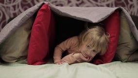 女孩掩藏在毯子和枕头下在床上 隐藏处的概念 影视素材