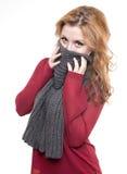 女孩掩藏她的与灰色披肩的面孔 免版税库存照片