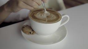女孩搅动热的咖啡 股票录像