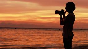 女孩摄影师和日落 股票录像