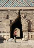 女孩摄影师拍在被破坏的寺庙的曲拱的一张照片 库存图片