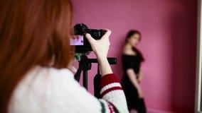 女孩摄影师照片和录影 影视素材
