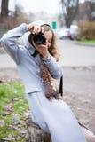女孩摄影记者或查看我们的游人射击 库存图片