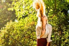 女孩摇摆的头发在公园 库存照片