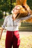 女孩摇摆的头发在公园 免版税库存图片