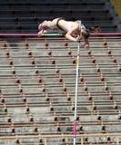 女孩撑竿跳高 库存图片
