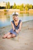 女孩撒布沙子手 图库摄影