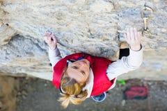 女孩攀岩运动员 免版税库存图片