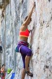 女孩攀登岩石,俄罗斯 免版税库存图片