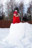 女孩攀登雪堡垒墙壁  免版税库存图片