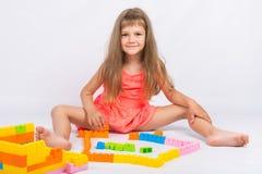 女孩收集块设计师房子  库存照片