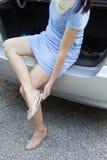 女孩改变的鞋子 免版税库存图片