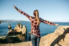 女孩敬佩大西洋的美丽的景色 免版税库存图片