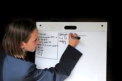 女孩数学题学校解决 库存图片