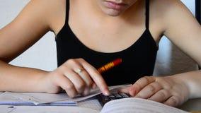 女孩文字家庭作业在她的卧室 影视素材