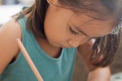 女孩文字,与铅笔的图画 免版税库存照片