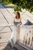女孩新娘在晴朗的老城市早晨 库存图片