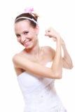 女孩新娘显示她的肌肉强度和力量 免版税库存图片
