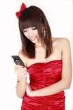 女孩新读取的sms 免版税库存照片