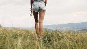 女孩旅行与背包的山 股票视频