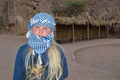 女孩旅行沙漠 免版税图库摄影