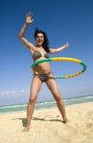 女孩旋转箍的hula 免版税库存图片