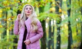 女孩时兴的白肤金发的步行在秋天公园 秋天护发概念 秋天护发是重要以便避免干燥 免版税库存图片