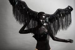 女孩是一个黑暗的天使 库存图片