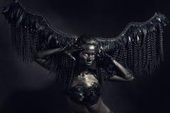 女孩是一个黑暗的天使 免版税图库摄影