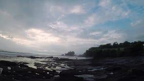 女孩是做照片在一个手机反对在海洋海岸的一个美好的风景在巴厘岛 影视素材
