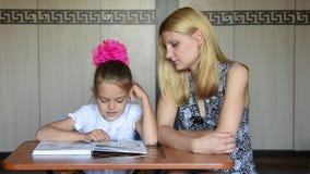 女孩是吓唬他们写入书文本,做与他的母亲 股票录像