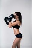 女孩是在拳击手套 免版税库存图片