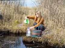 女孩是在森林春天 图库摄影