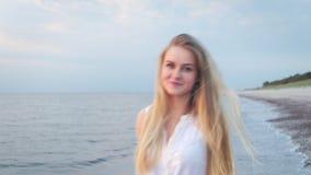 女孩是在海滩和微笑 股票视频