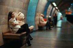 女孩是在长凳的哀伤的开会 免版税库存图片