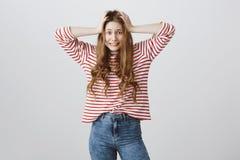 女孩是担心和困惑,有许多工作和没有时刻 握在头发的被打扰的急切妇女画象手 免版税库存图片