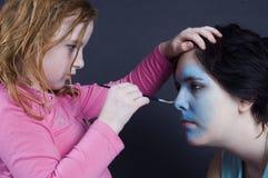 女孩是绘画女性表面 免版税库存照片