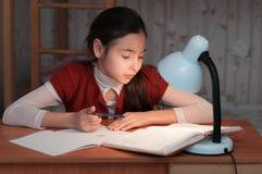 女孩是非常疲乏做家庭作业 库存图片