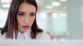 女孩是非常紧张的和小心地读信息在膝上型计算机显示器 股票视频