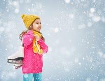 女孩是去的冰鞋 免版税库存图片